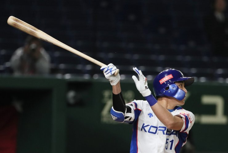 South Korea's Lee Jung-hoo hits an RBI against Japan in the fourth inning of the teams' Super Round game at the World Baseball Softball Confederation (WBSC) Premier12 at Tokyo Dome in Tokyo on Nov. 15. Yonhap