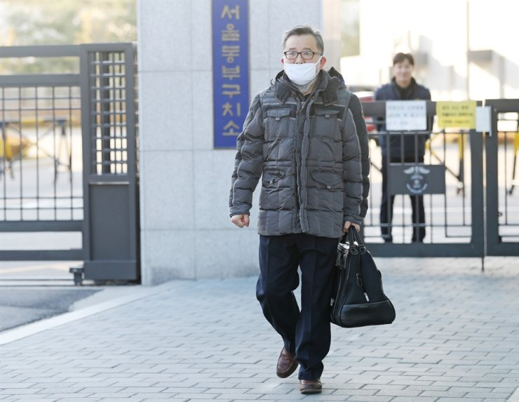 Former Deputy Justice Minister Kim Hak-eui walks out of Dongbu Detention Center in eastern Seoul, Friday, after Seoul Central Court frees him of bribery charges. Kim was arrested in May as the prosecution reopened an investigation into allegations he received prostitution services and other bribes from businessmen six years ago. / Yonhap