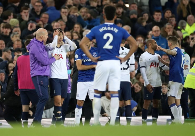 Tottenham Hotspur's South Korean striker Son Heung-min, second from left, looks dejected after his involvement in an incident that resulted in an injury to Everton's Portuguese midfielder Andre Gomes during the English Premier League football match between Everton and Tottenham Hotspur at Goodison Park in Liverpool, north west England, Sunday. Reuters-Yonhap