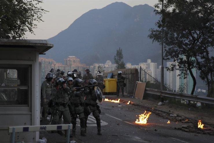 Riot police aim tear gas gun to university students during a crash at Chinese University in Hong Kong, Monday, Nov. 11, 2019. AP-Yonhap