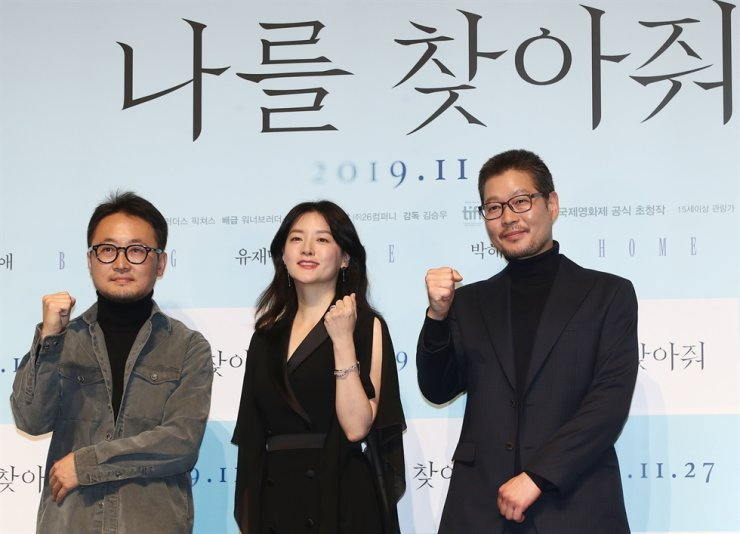Director Kim Seung-woo, left, actress Lee Young-ae, and actor Yoo Jea-myung pose for pictures during a press conference for new thriller film 'Bring Me Home,' held in Apgujeong-dong, Seoul, Monday. Yonhap