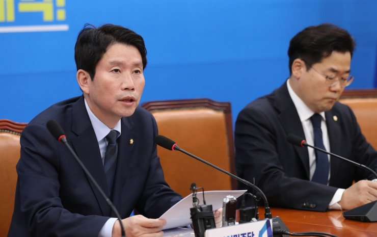 Rep. Lee In-young speaks during his press conference at the National Assembly, Sunday. Yonhap