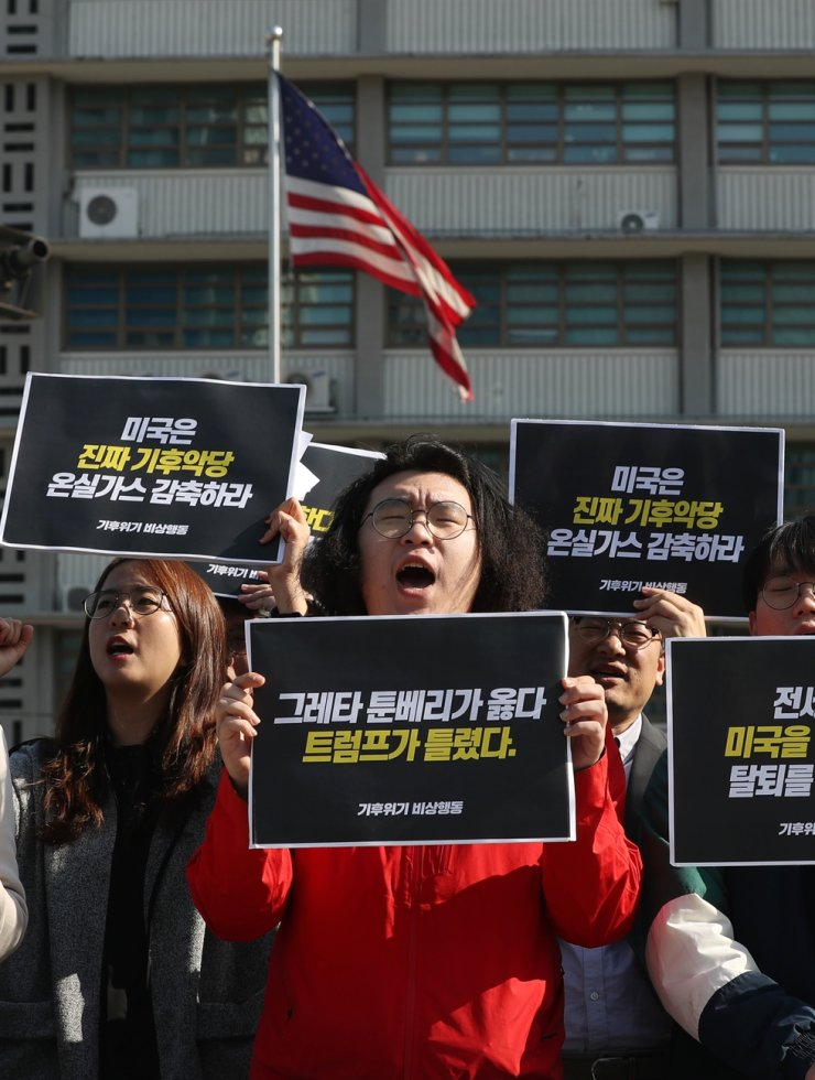 Members of Global Climate Strike in Korea, an activist group, rally at Gwanghwamun Square in Seoul, Thursday, to condemn U.S. President Donald Trump's decision to formally exit the Paris Climate Agreement, a pact for efforts to reduce greenhouse gases. /Yonhap