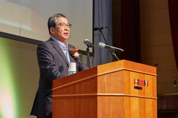 Outgoing Hanssem Chairman Choi Yang-ha announces his resignation during a monthly meeting with employees at the company's headquarters in Mapo-gu, Seoul, Friday. Courtesy of Hanssem