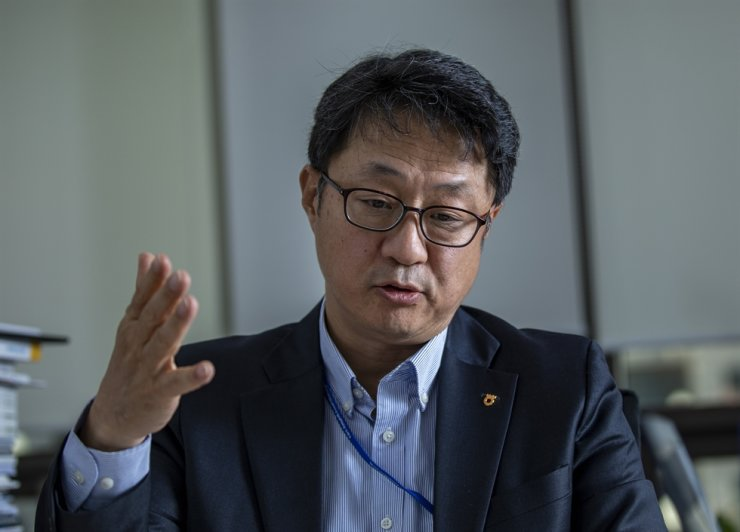 Ko Soong-chul, chief investment officer at NH-Amundi Asset Management's equity management division, speaks during an interview with The Korea Times at his office in Seoul, Nov. 7. / Korea Times photo by Shim Hyun-chul