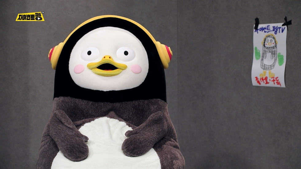 Pengsoo, a penguin character starring in EBS' YouTube channel Giant PengTV, appears at a signing event at Kyobo Bookstore in Gwanghwamun, Seoul, on Oct. 27. Courtesy of EBS