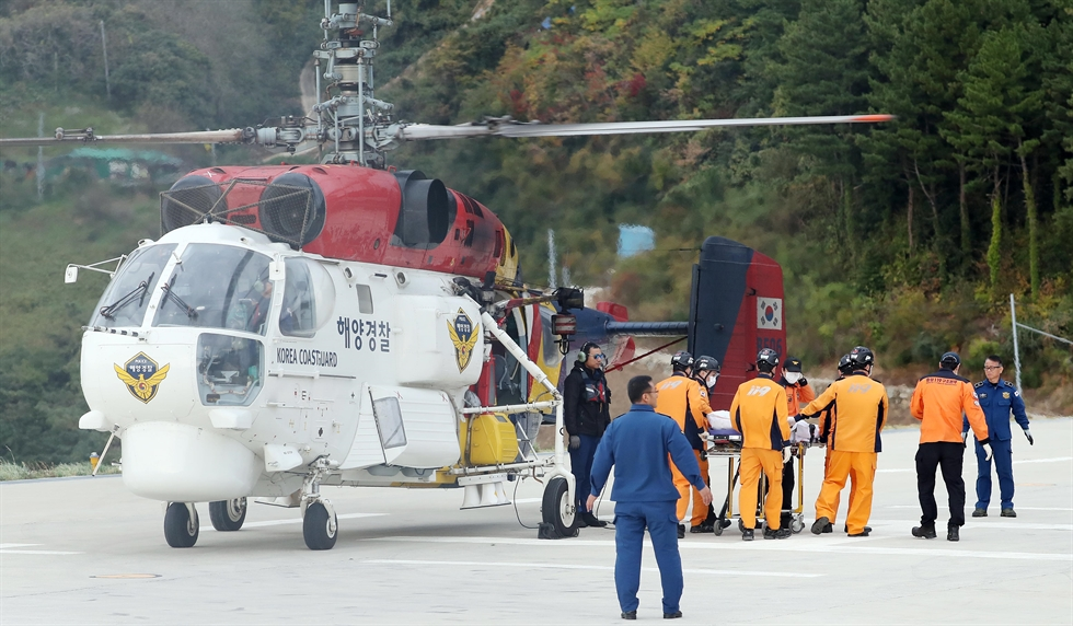 South Korean Navy's Cheonghaejin vessel recovers the crashed emergency rescue helicopter from waters near Dokdo Island, Sunday. Courtesy of East Regional Headquarters Korea Coast Guard