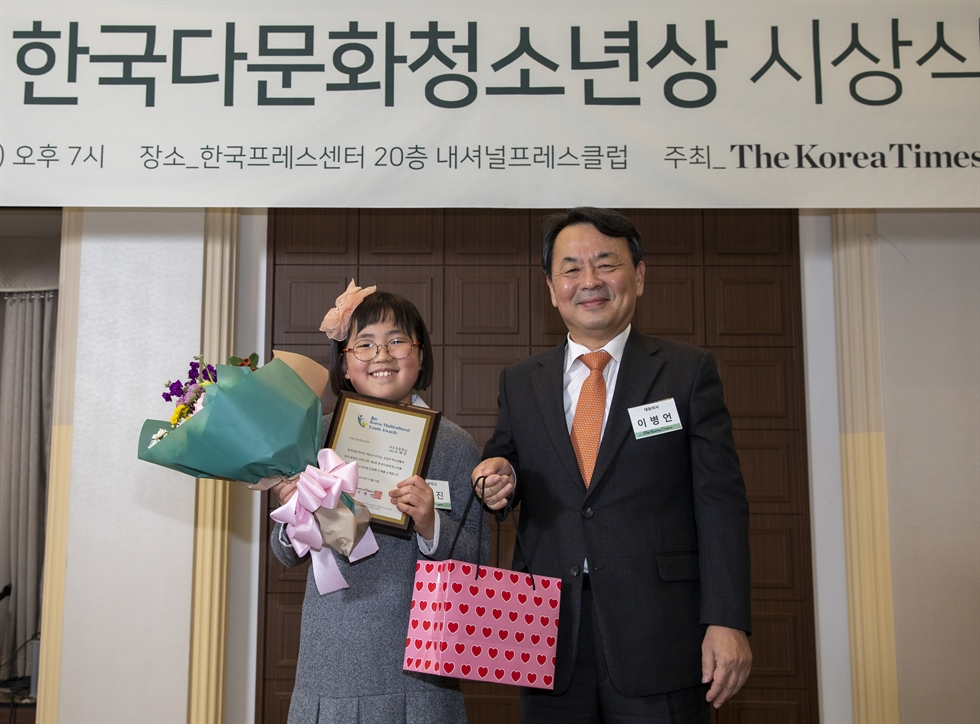 Dignitaries and winners of the eighth Korea Multicultural Youth Awards pose for a picture after the awards ceremony at the Korea Press Center in Seoul, Thursday. Fourteen students received an award, with Kim Jae-ryeol, a sophomore at Hyunpung High School, receiving the grand prize from Gender Equality and Family Minister Lee Jung-ok. Among the dignitaries are Honduran Ambassador to Korea Virgilio Paredes Trapero, Peruvian Ambassador Daul Matute Mejia, and Indian Ambassador Sripriya Ranganathan. Korea Times photo by Shim Hyun-chul
