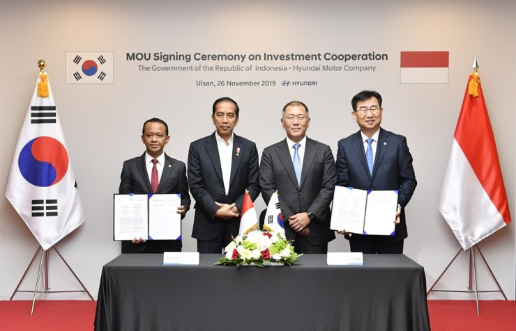 Hyundai Motor Group Executive Vice Chairman Chung Euisun, third from left, poses with Indonesian President Joko Widodo, second from left, during an MOU signing ceremony in Ulsan, Tuesday. Following the MOU, Hyundai Motor will invest $1.55 billion to set up a plant in Indonesia. From left are Indonesian Investment Coordinating Board Chairman Bahlil Lahadalia, Widodo, Chung and Hyundai Motor Company President Lee Won-hee. Courtesy of Hyundai Motor