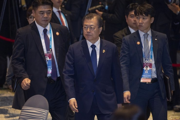 President Moon Jae-in, center, heads for the ASEAN Special Lunch on Sustainable Development in Nonthaburi, Thailand, Monday. AP-Yonhap