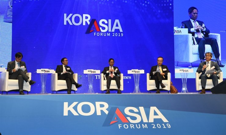 A panel of economic experts participate in a session titled 'Toward Cooperation-based Economic Community,' the first afternoon session for the KOR-ASIA Forum, Friday, held at the Shilla Seoul's Dynasty Hall. Korea Times photo by Hong In-ki