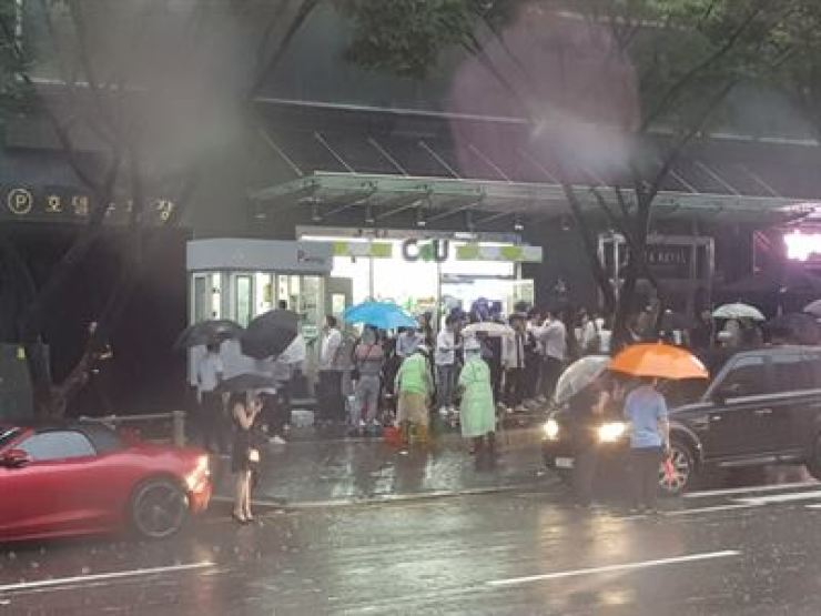 People line up in front of a nightclub in Seoul in this file photo. A nightclub recently rejected a recommendation from the National Human Rights Commission Korea for it to stop denying entrance to foreigners based on their race. / Korea Times file