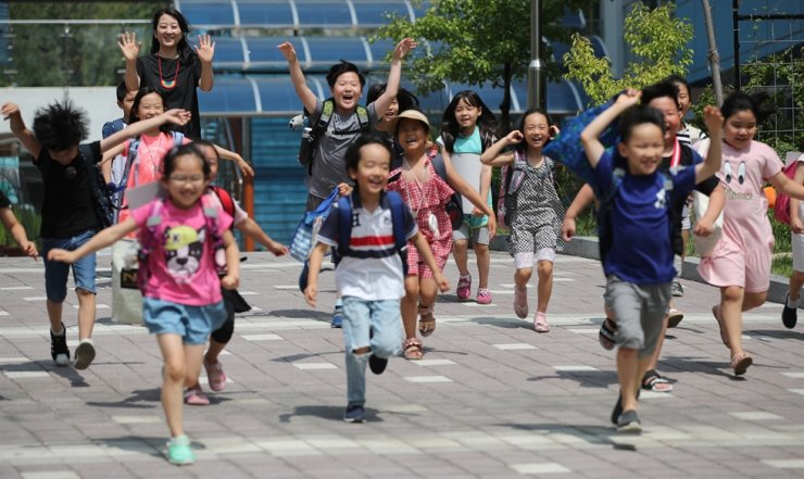 Elementary students in Seoul jump for joy after the school officially announces its summer break in this July 19 photo. Korea Times file