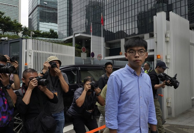 Pro-democracy activist Joshua Wong is surrounded by photographers after a press conference in Hong Kong, Tuesday, Oct. 29, 2019. AP-Yonhap