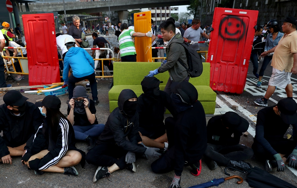 Local residents deconstruct a barricade outside the University of Hong Kong, in Hong Kong, China, November 16, 2019. Reuters-Yonhap