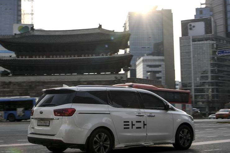 A Carnival minivan used for VCNC's Tada ride-hailing service is seen driving past Namdaemun in downtown Seoul, Nov. 25. / Korea Times file