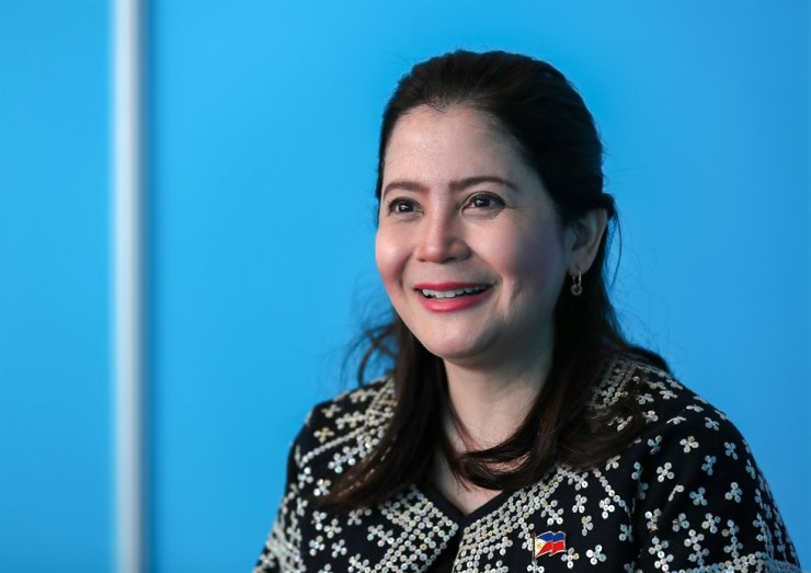 Philippine Tourism Secretary Bernadette Romulo-Puyat speaks during an interview with The Korea Times at BEXCO, Busan, Tuesday. Korea and the Philippines signed the implementation program of a 2006 memorandum of understanding (MOU), Monday, on the sidelines of the ASEAN-Korea Commemorative Summit, aiming to boost the tourism industries of both countries. Korea Times photo by Shim Hyun-chul