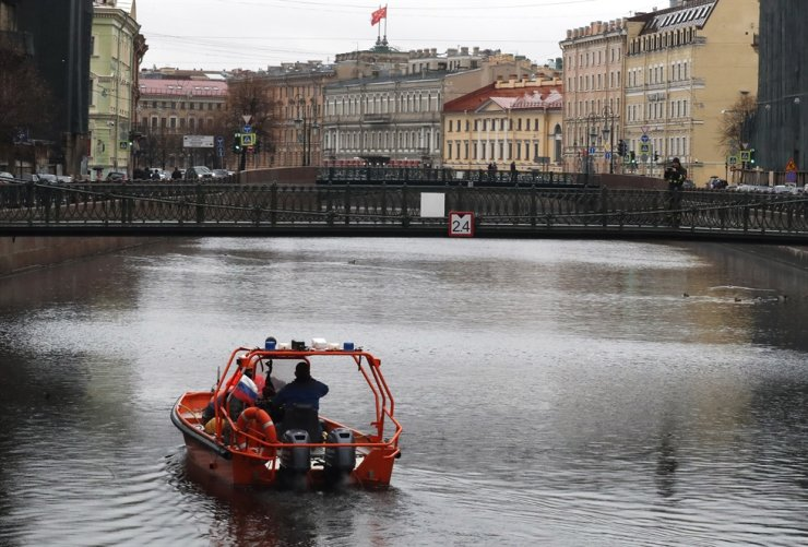 Rescuers examine the bottom of the Moika River where were the remains of a student killed by Oleg Sokolov found in St. Petersburg, Russia, 10 November 2019. dpa