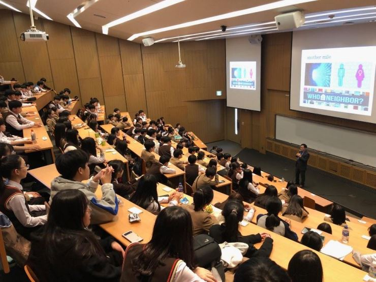 Lee Johng-ihl, professor and dean of strategic planning and relations department of the State University of New York (SUNY), Korea, gives a lecture on career education to Incheon Seochang Middle School students at an auditorium on the campus in Songdo, Incheon, Tuesday. Courtesy of SUNY Korea