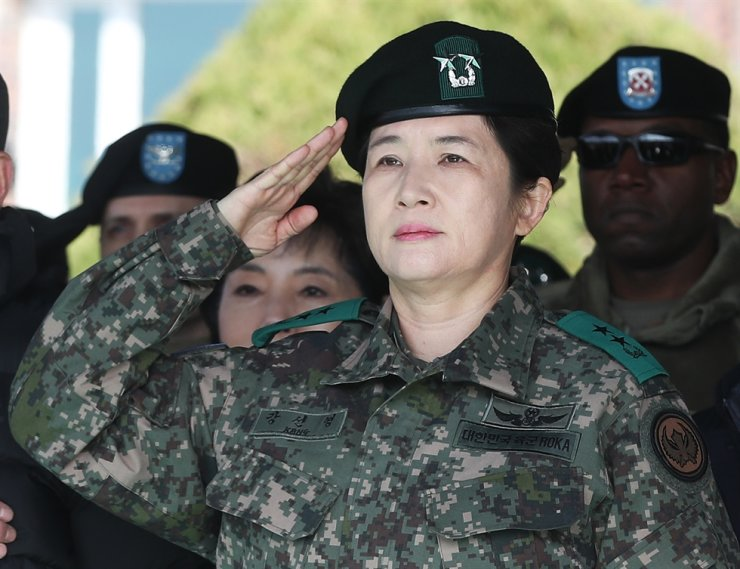 Kang Sun-young, the country's first female major general, salutes during a ceremony appointing her as the commander of the Aviation Operations Command (AOC) at the AOC in Icheon, Gyeonggi Province, Nov. 21. Yonhap