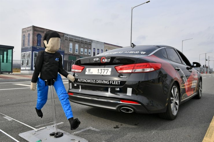 This photo shows how R-AEB works to prevent collisions with pedestrians when parking. / Courtesy of Hyundai Mobis