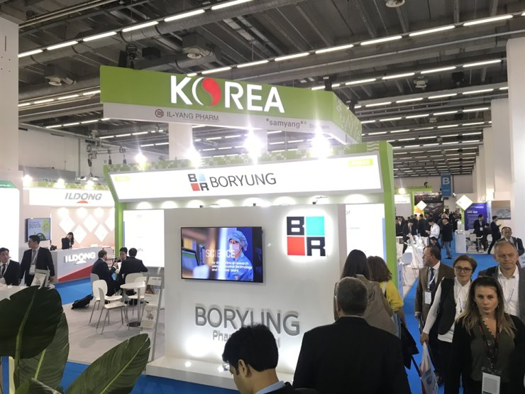 Visitors of the 2019 Convention on Pharmaceutical Ingredients (CPhI) Worldwide pass through Korean pharmaceutical firms' booths at Korea pavilion at the event in Frankfurt, Wednesday (local time). Korea Times photo by Nam Hyun-woo