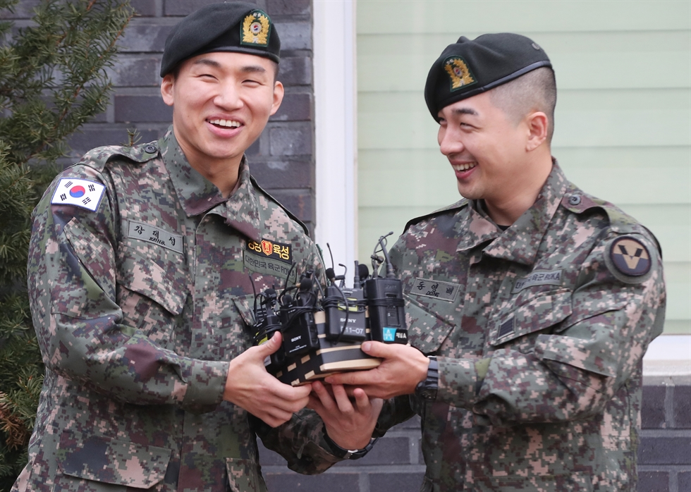 BIGBANG's Daesung, left, and Taeyang were discharged from the military on Sunday. Yonhap