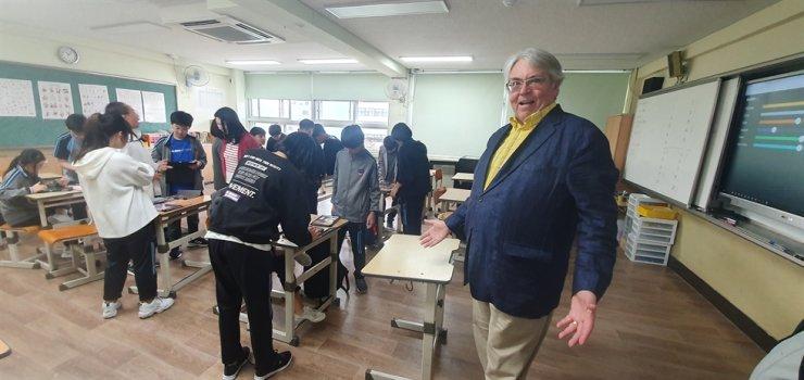 Former Peace Corps volunteer Paul Hoff visits Sungil Middle School on Oct. 17 during the 2019 U.S. Peace Corps Volunteers Revisit to Korea program. / Courtesy of Paul Hoff