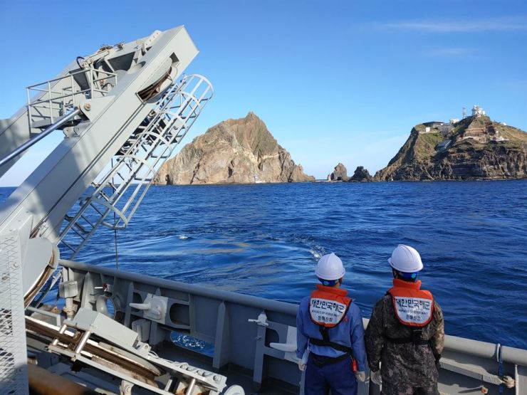 South Korean Navy's Cheonghaejin submarine rescue ship on Saturday searches for possible victims of the national fire agency's crashed helicopter on waters near Dokdo Island. Courtesy of Korea Coast Guard