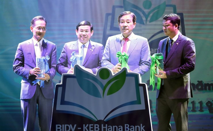 Hana Financial Group Chairman Kim Jung-tai, third from left, poses with KEB Hana Bank CEO Ji Sung-kyoo, first from left, and Bank for Investment and Development of Vietnam (BIDV) Chairman Duc Tu Phan, second from left, at a ceremony marking Hana's acquisition of BIDV's shares held at Melia Hotel in Hanoi, Monday. Fourth from left is Ngoc Lam Le, Vice President of BIDV. / Courtesy of Hana Financial Group
