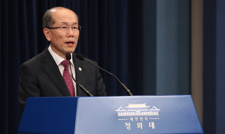 Presidential National Security Council Deputy Director Kim You-geun speaks during media briefing at Cheong Wa Dae in Seoul, Friday. He confirmed the government has reversed its decision to terminate the General Security of Military Information Agreement on the day. Yonhap