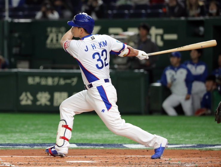 Kim Jae-hwan hits a home run during first inning of game against the United States at the World Baseball Softball Confederation Premier 12 held in Tokyo, Japan, Monday. Yonhap