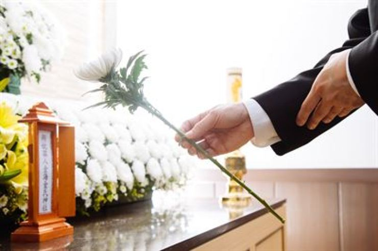 The Ministry of Health and Welfare seeks to revise the law to allow non-relatives of a dead person, such as friends, to hold a funeral. / gettyimagesbank