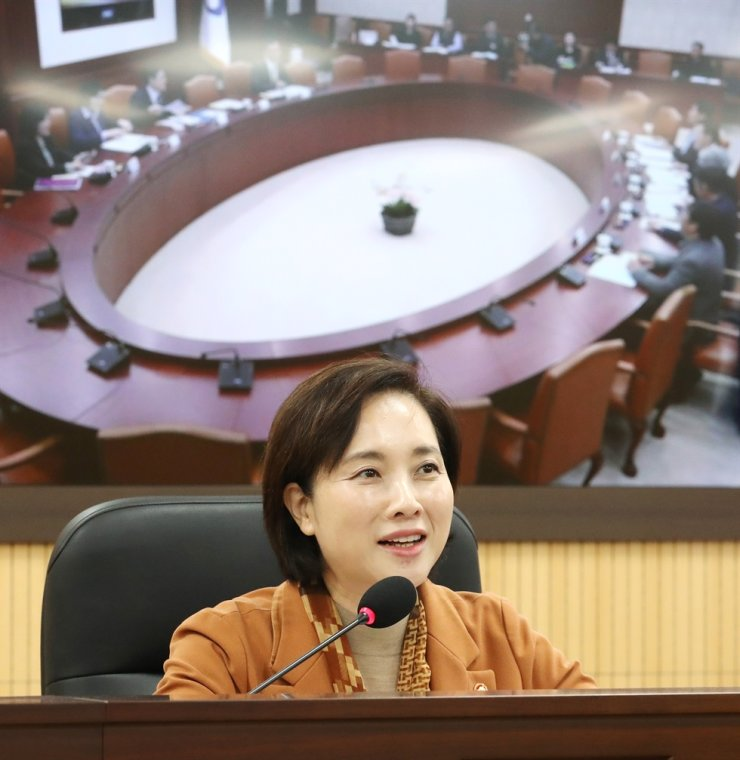 Yoo Eun-hae, minister of education and deputy prime minister for society, announces new measures to better reduce disposable plastic waste during a society ministerial meeting at the Government Complex Sejong, Friday. Yonhap