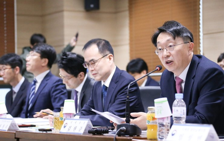 National Tax Service (NTS) Commissioner Kim Hyun-jun, right, speaks at a meeting at the Incheon office of Korea Industrial Complex Corp., Nov. 13. The meeting was organized to help small exporters based in Namdong Industrial Park in Incheon. The tax agency plans to delay regular tax audits for the companies struggling amid the Korea-Japan trade feud. Courtesy of NTS