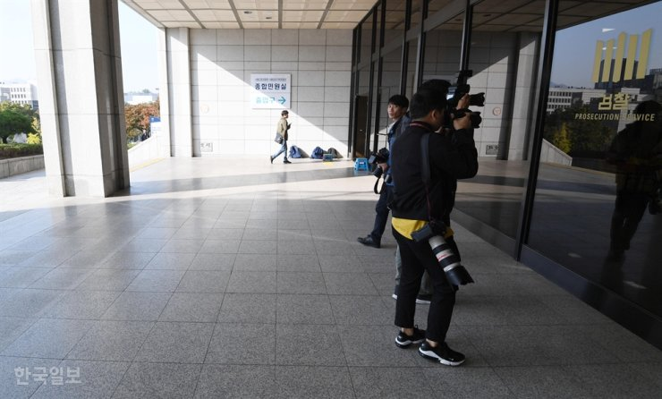 Cameramen wait outside the Seoul Central District Prosecutors' Office in southern Seoul, Oct. 21, the day the prosecution requested an arrest warrant for former Justice Minister Cho Kuk's wife. / Korea Times photo by Ryu Hyo-jin