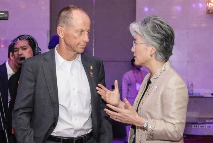 Foreign Minister Kang Kyung-wha, right, speaks with David R. Stilwell, U.S. assistant secretary of state for East Asian and Pacific Affairs, at the Centara Grand at Central World Hotel in Bangkok on Aug. 1 on the sidelines of this year's ASEAN Regional Forum. Yonhap