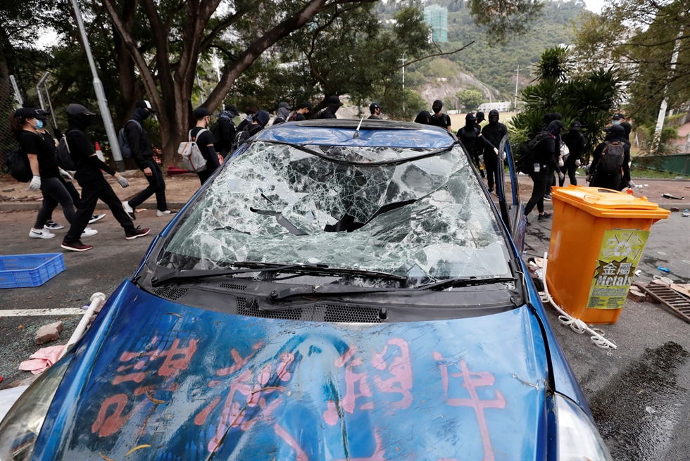 Riot police aim tear gas gun to university students during a crash at Chinese University in Hong Kong, Monday, Nov. 11, 2019. AP-Yonhap