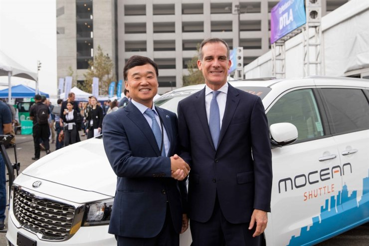 Hyundai Motor Group Executive Vice President and Head of Open Innovation Strategy Yun Kyoung-lim poses with Los Angeles Mayor Eric Garcetti at the LA Comotion 2019 ceremony held in LA, Thursday (local time). / Courtesy of Hyundai Motor Group