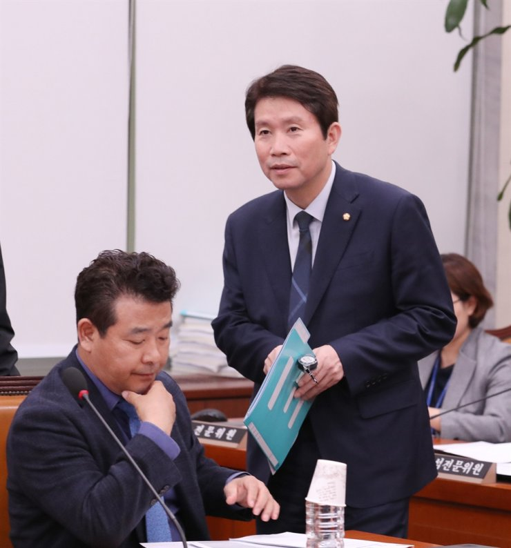 Ruling Democratic Party of Korea floor leader Rep. Lee In-young, right, joins the National Assembly Foreign Affairs and Unification Committee hearing on Yeouido, Seoul, Friday. / Yonhap