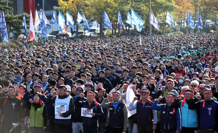 Tens of thousands of Korea Confederation of Trade Unions members urge the government to secure basic labor rights on Yeouido in Seoul, Saturday. Yonhap