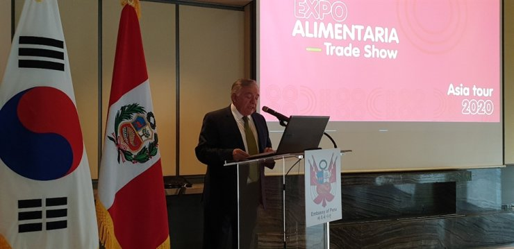 Peruvian Ambassador to Korea Daul Matute Mejia delivers a speech during a promotion campaign of Peruvian food and Expoalimentaria, the largest food and beverage fair in Latin America every year, at Four Seasons Hotel Seoul in downtown Seoul, Nov. 12. / Korea Times photo by Yi Whan-woo