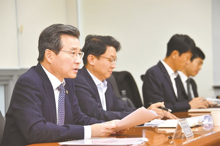 First Vice Minister of Economy and Finance Kim Yong-beom, left, speaks about measures to curb soaring housing prices at the Export-Import Bank of Korea (Eximbank) in Seoul, Nov. 18. Kim said he will consider increasing the number of areas in Seoul where the presale price of housing is capped. Courtesy of Ministry of Economy and Finance