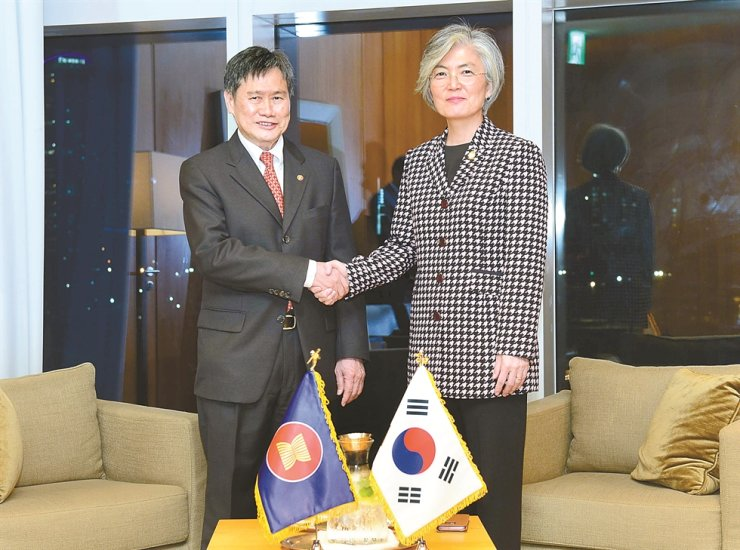 Foreign Minister Kang Kyung-wha, right, shakes hands with Lim Jock Hoi, secretary-general of the Association of Southeast Asian Nations (ASEAN), during the ASEAN-Republic of Korea Commemorative Summit event at BEXCO in Busan, Sunday. / Courtesy of Ministry of Foreign Affairs