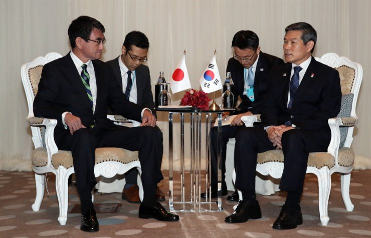 South Korean defense minister Jeong Kyeong-doo, right, and his Japanese counterpart Taro Kono talk in a bilateral meeting at Avani+ Riverside Bangkok Hotel in Thailand, Sunday. Yonhap