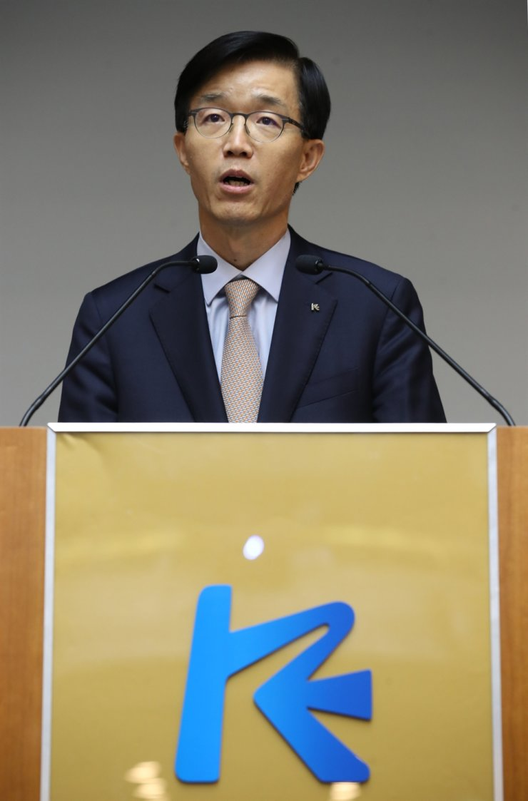 Export-Import Bank of Korea (Eximbank) CEO Bang Moon-kyu speaks at his inauguration ceremony held at the state-run lender on Yeouido, Seoul, Friday. He pledged to make the bank play a leading role in seeking new business opportunities.  Yonhap