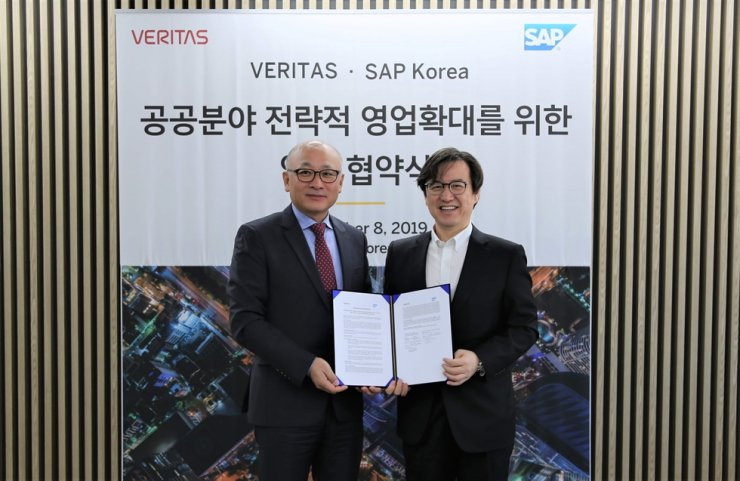 Lee Sung-youl, right, managing director of SAP Korea, poses with Cho Wong-yong, head of Veritas Technologies Korea, after signing a memorandum of understanding at the former's headquarters in Seoul, Monday. / Courtesy of SAP Korea