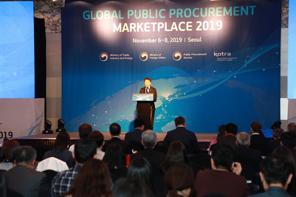 Public Procurement Service (PPS) Administrator Jung Moo-kyung, fifth from left, his Romanian counterpart Bogdan Puscas, fourth from left, and Korea Trade-Investment Promotion Agency (KOTRA) CEO Kwon Pyung-oh, fifth from right, raise their fists with other officials at the Global Public Procurement Marketplace 2019, held in the Intercontinental Seoul COEX in Samseong, southern Seoul, Nov. 6. Courtesy of PPS
