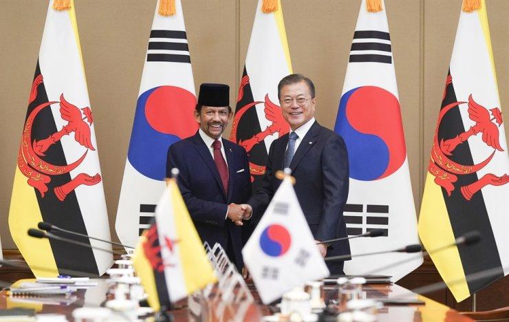 President Moon Jae-in and Brunei's Sultan Hassanal Bolkiah pose before their summit at Cheong Wa Dae, Sunday. / Yonhap