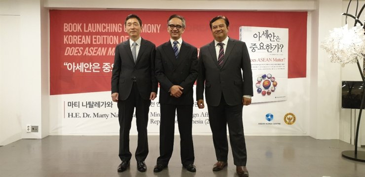 Former Indonesian Foreign Minister Marty Natalegawa, center, ASEAN-Korea Centre Secretary General Lee Hyuk, left, and Indonesian Ambassador to South Korea Umar Hadi pose during a ceremony to mark the publication of the Korean translation of Natalegawa's book, 'Does ASEAN Matter?' at the ASEAN-Korea Centre in downtown Seoul, Nov. 12. The book was first published in English last year. / Korea Times photo by Yi Whan-woo